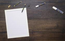 Nást.tabule s dřevěným rámem, lak., WHITE, s 1 černým a 1 zlatým popis.,30x40 cm(WBW-WT-30-40)